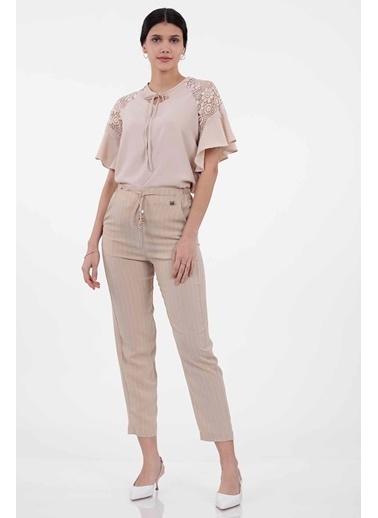 Vitrin Belde Bağcık Detaylı Çizgili Pantolon Bej